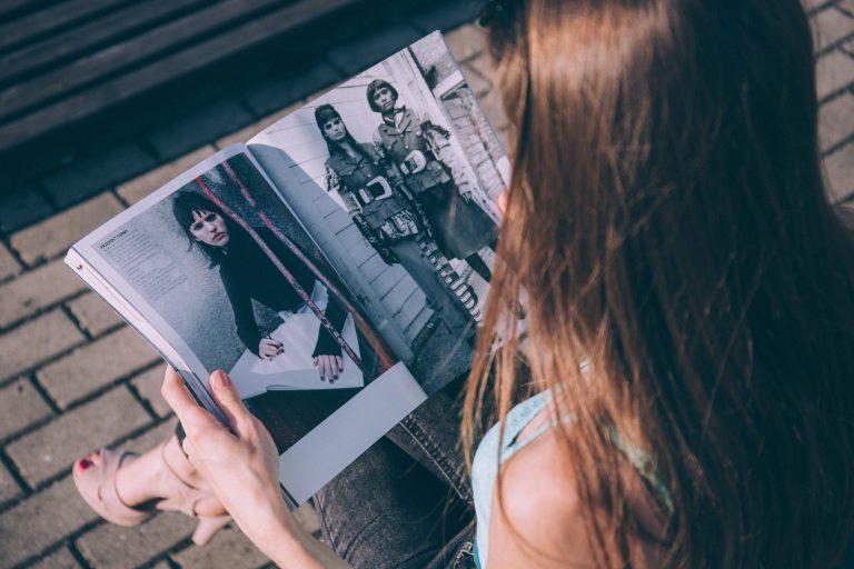 En kvinna läser en modetidning