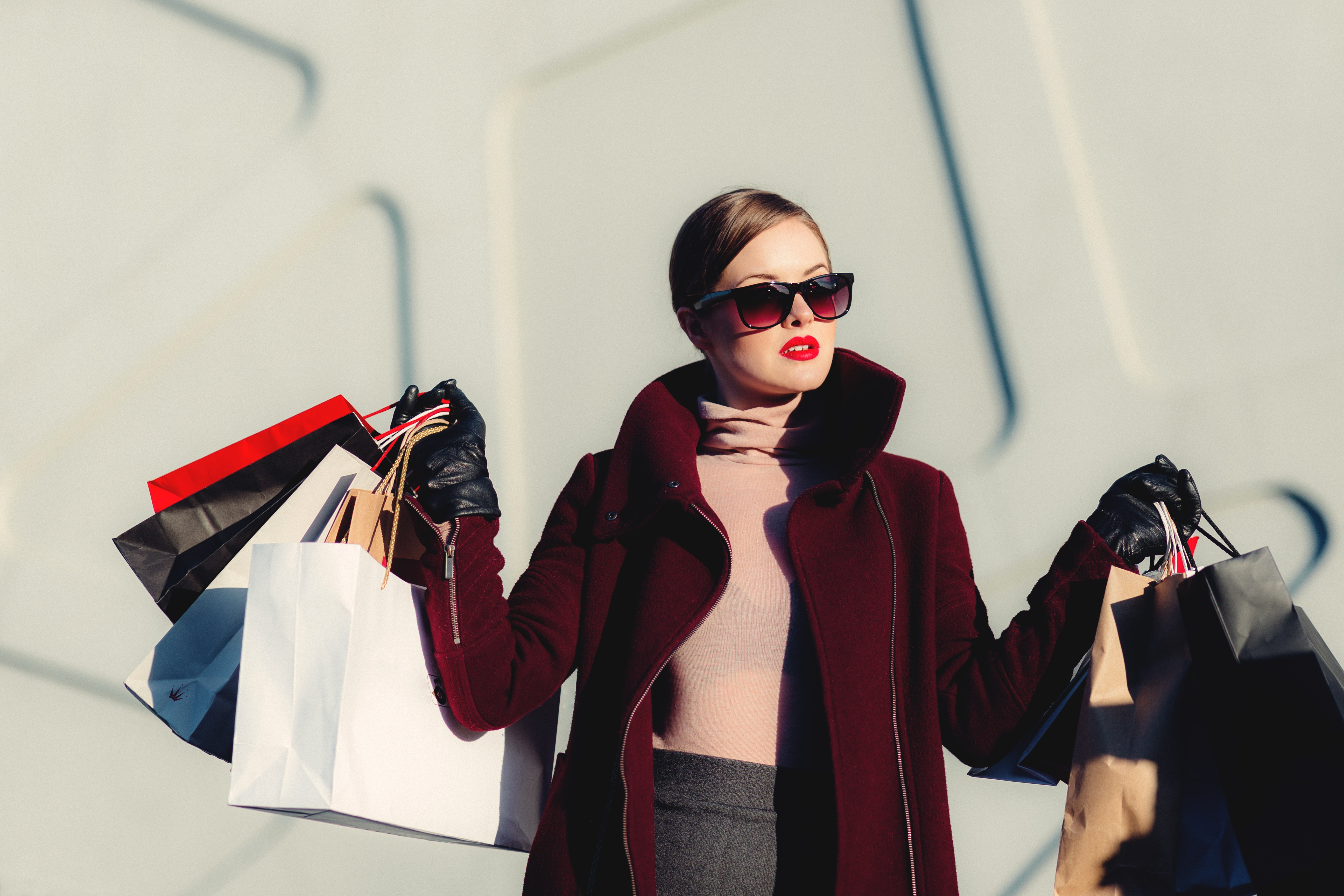 En kvinna med shoppingkassar